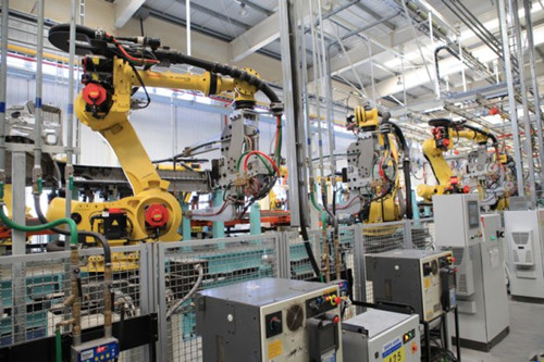 """东莞长盈精密技术公司建设首家""""无人工厂"""",首期安装1000个机械臂,通过"""